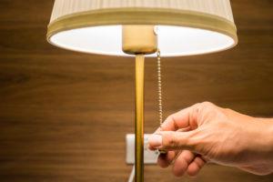 Abajur: Serve como um ponto de luz ameno no ambiente