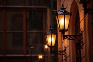 Arandelas: São aquelas luminárias que ficam fixadas nas paredes