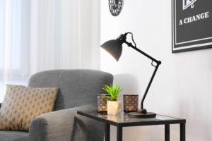 Luminária de mesa: Iluminação focada, podendo direcionar a luz para onde desejar
