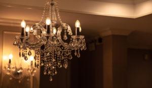 Lustres: Composto por diversas lâmpadas, e é suspenso no teto